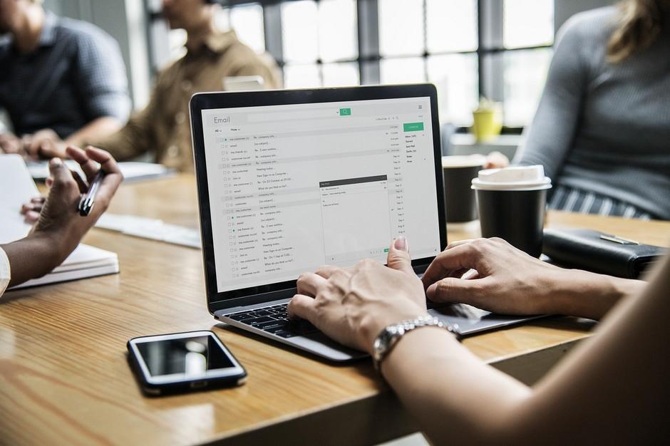 Kobieta pisząca na laptopie. Czy umowa zawarta przez e-mail jest ważna?