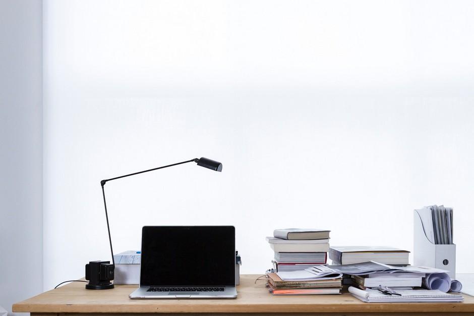 Laptop, lampka, książki