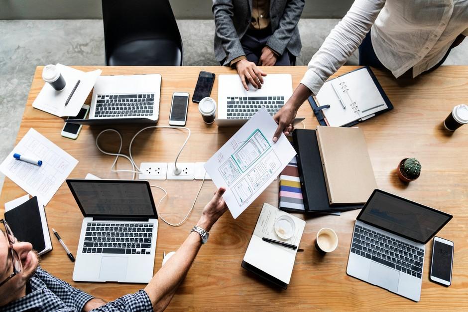 Laptopy, dokumenty, dyskusja