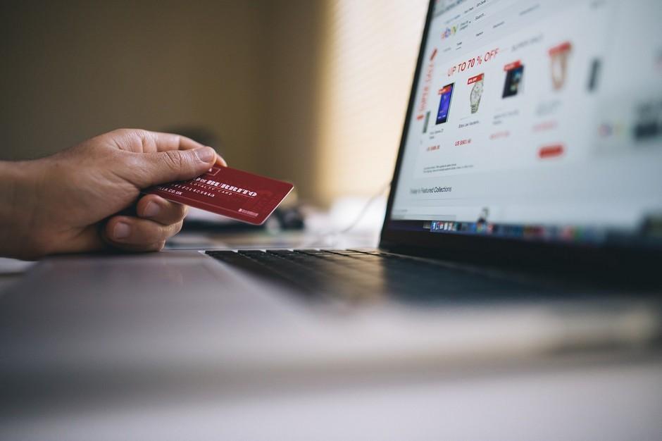 Laptop, karta, zakupy. Sklep internetowy zgodny z prawem.